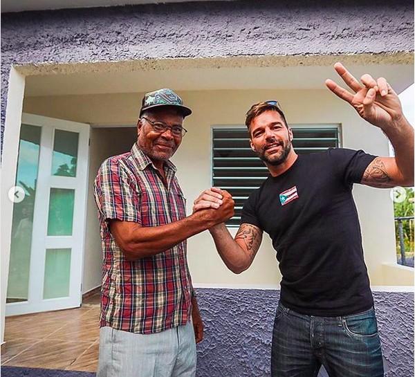 O cantor Ricky Martin entregando uma das casas reconstruídas pela sua fundação (Foto: Instagram)