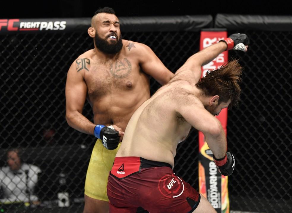 Tanner Boser acerta o golpe que lesionou o olho de Raphael Bebezão no UFC: Whittaker x Till — Foto: Getty Images