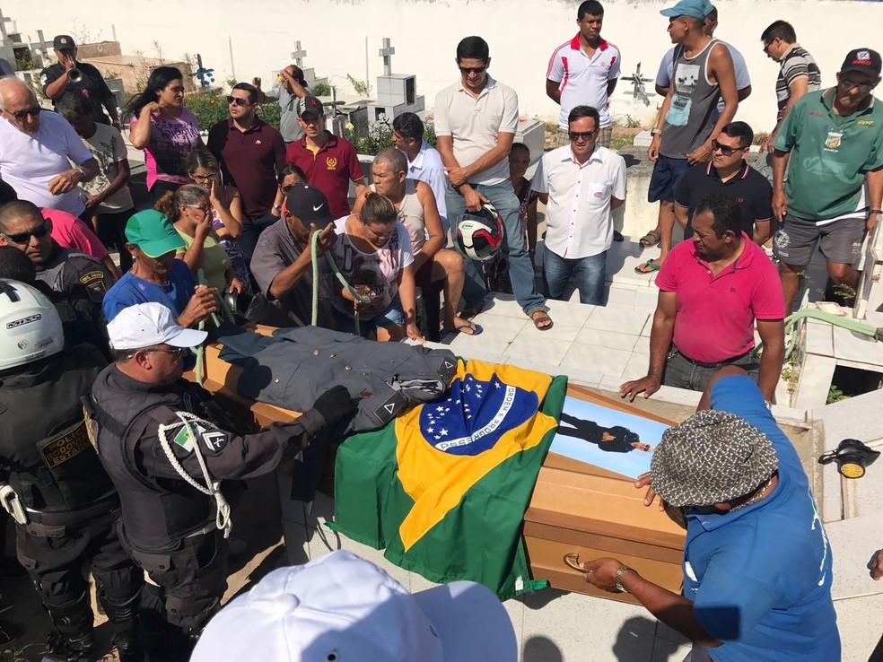 Cerimônia reuniu familiares, amigos e policiais em Parnamirim (Foto: Clayton Carvalho/Inter TV Cabugi)