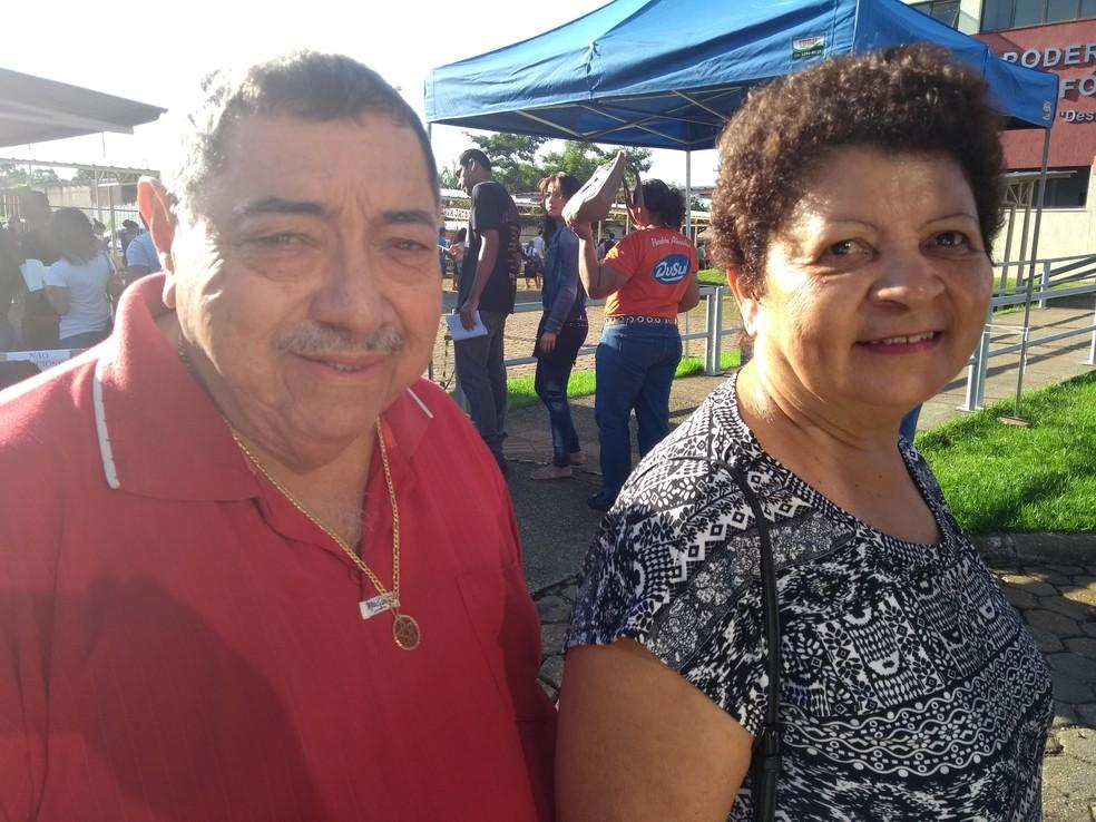 Casal Manoel Brito e Iracema Pereira tentou evitar tumulto, mas foi obrigado a enfrentar filas nesta quarta, 9 (Foto: Toni Francis/G1)