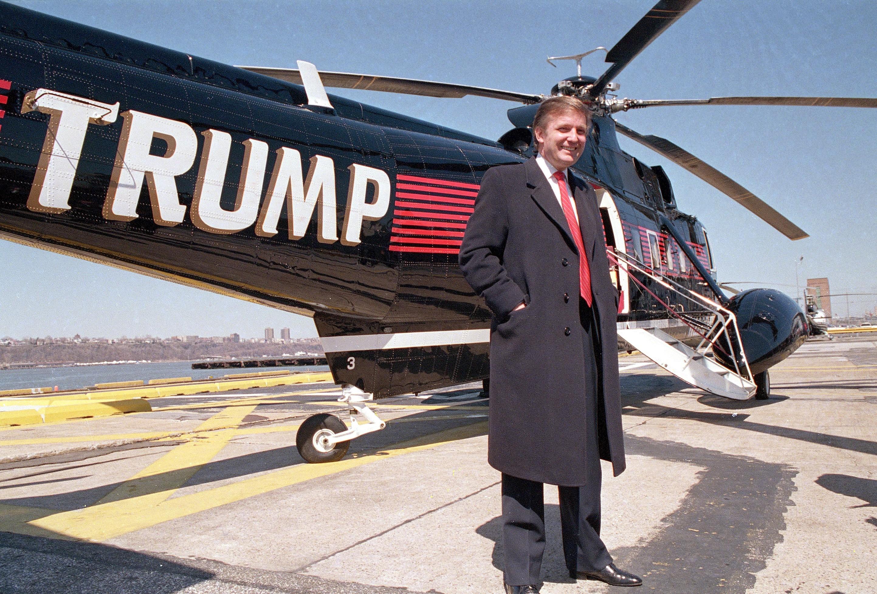 donald Trump diante de seu helicóptero, em 1988 (Foto: AP)