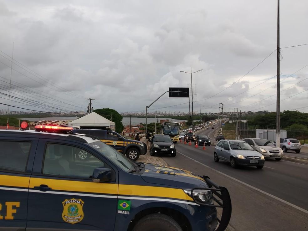 Polícia Rodoviária Federal em blitz na BR-101 na Zona Norte de Natal (arquivo) — Foto: PRF/Divulgação