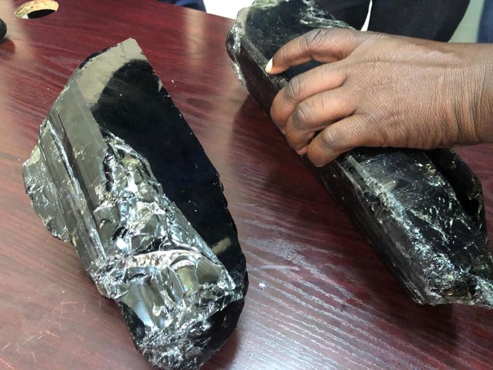 Duas pedras de tanzanita, as maiores já encontradas na Tanzânia, foram mostradas à imprensa na quarta-feira (24)  — Foto: Ministério de Minerais / Reuters