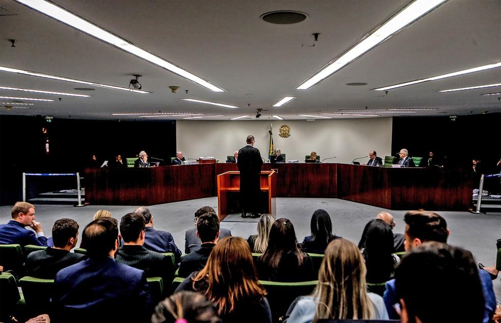 O advogado Cristiano Zanin (de costas), que defende o ex-presidente Luiz Inácio Lula da Silva, durante sessão da Segunda Turma do Supremo Tribunal Federal, ontem (25/6) em Brasília. O tribunal decidiu manter Lula na cadeia — Foto: Gabriela Biló/Estadão Conteúdo