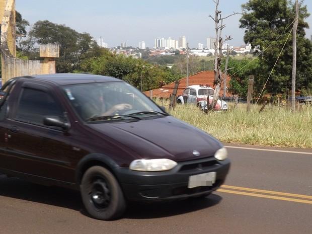 Fusca fica na casa de Hebert, virado para a vicinal para 'aletar' motoristas (Foto: Marcos Lavezo/G1)