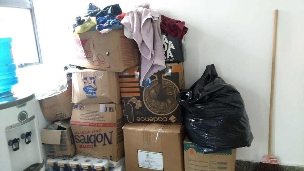 Doações de vários tipos de produtos ficam amontoados em caixas dentro dos quartos. (Foto: Rafael Cardoso/G1)
