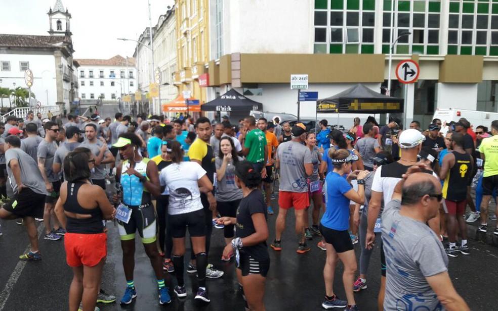 Corredores se prepararam para largada, em frente à Praça Municipal. (Foto: Vanderson Nascimento/ TV Bahia)