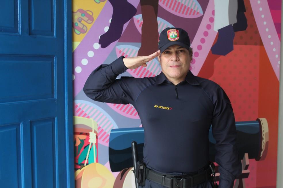 Guarda Civil de Macapá Beatrice Borges fazendo continência  — Foto: Victor Vidigal/G1