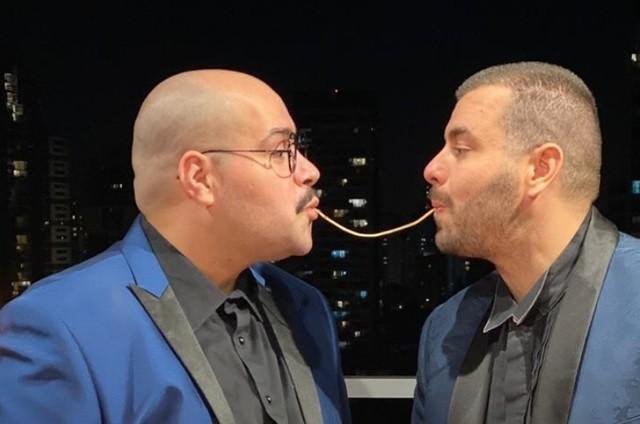 Tiago Abravanel e Fernando Poli reproduzem cena do filme 'A dama e o vagabundo' (Foto: Reprodução)