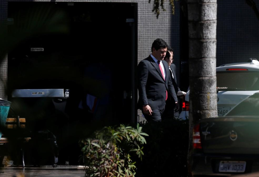 O ministro do trabalho Helton Yomura deixa a sede da Polícia Federal em Brasília (Foto: Adriano Machado/Reuters)