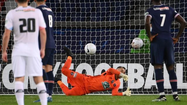 Keylor Navas defende o pênalti batido por Yazici no jogo entre PSG e Lille