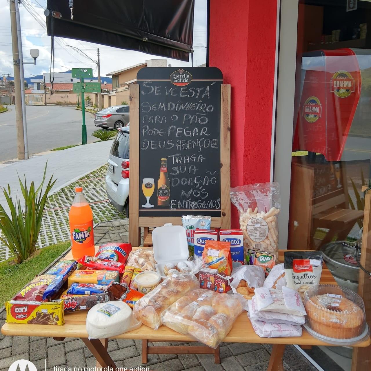 'Se você está sem dinheiro para o pão, pode pegar', anuncia padaria de MG que ajuda famílias durante pandemia