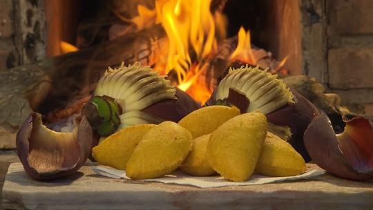 Aprenda a receita de pastel de angu recheado com umbigo de banana