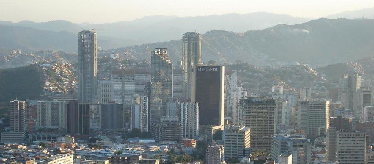 Símbolo de riqueza passada, complexo das 'Torres Gêmeas' de Caracas hoje lembra 'Mad Max'; brasileira que vive lá quer ir embora
