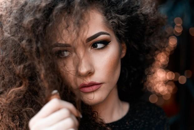 Cabelo - hair - pele - cor - mulher - atitude (Foto: Pexels)