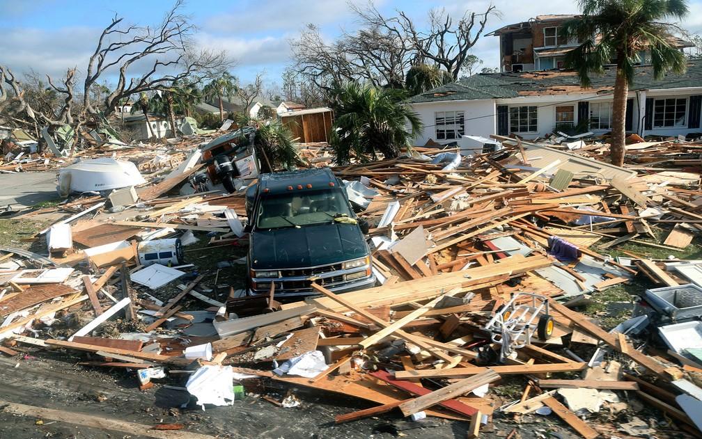 Carro é visto em meio a destroços após passagem do furacão Michael por Mexico Beach, na Flórida, na quinta-feira (11) — Foto: Douglas R. Clifford/Tampa Bay Times via AP