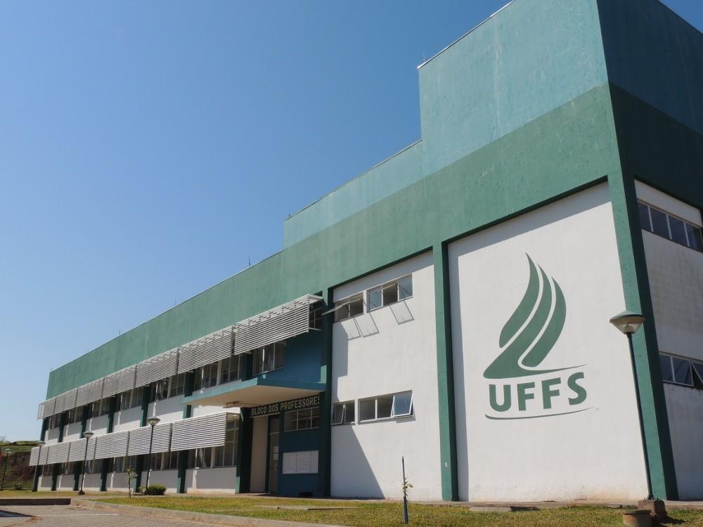 Representantes da UFFS entregam em Brasília pedido de destituição do reitor - Notícias - Plantão Diário