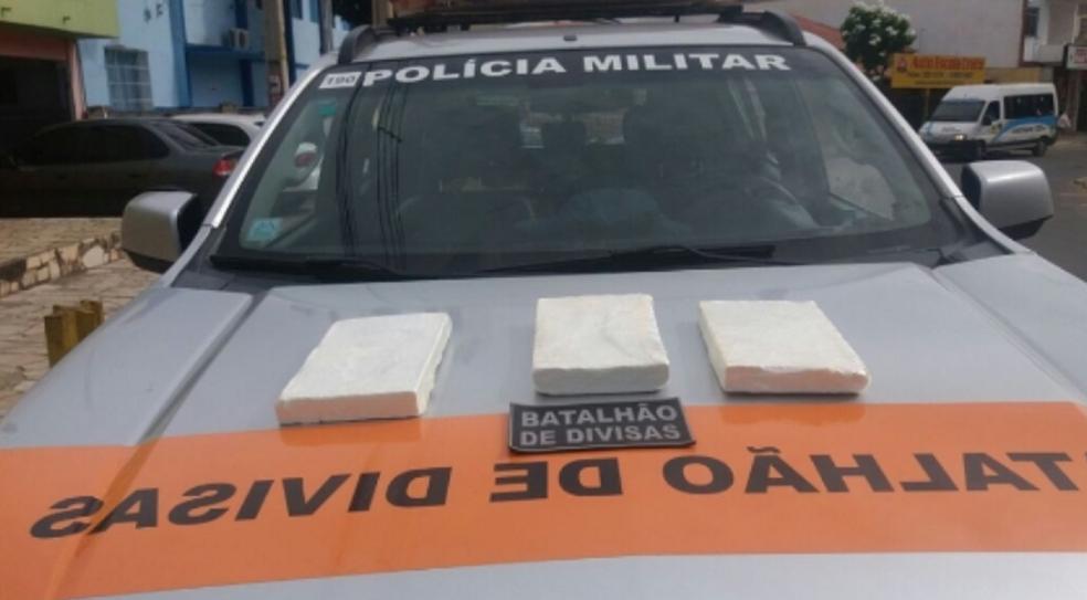 Droga estava dentro da bagagem da mulher de 31 anos. Ela foi encaminhada para a sede Polícia Federal em Juazeiro do Norte.  (Foto: SSPDS/Divulgação)