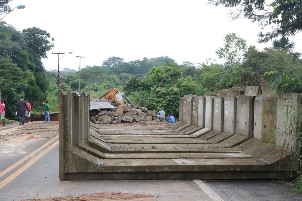 Anéis de concreto serão instalados no local do rompimento da BR (Foto: Catarina Costa/G1)