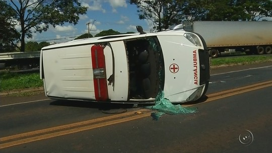 Carro bate na lateral de ambulância que transportava dois pacientes em Rio Preto