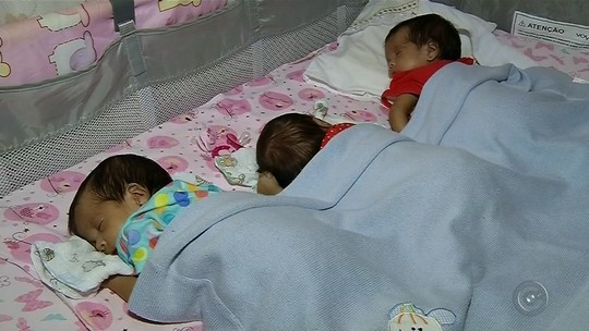 'Pensei que seria fácil', diz mãe de trigêmeas que nasceram de parto normal
