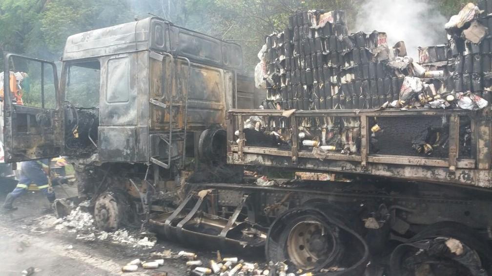 Carga de cervejas também pegou fogo e foi completamente perdida (Foto: Divulgação/PRF)