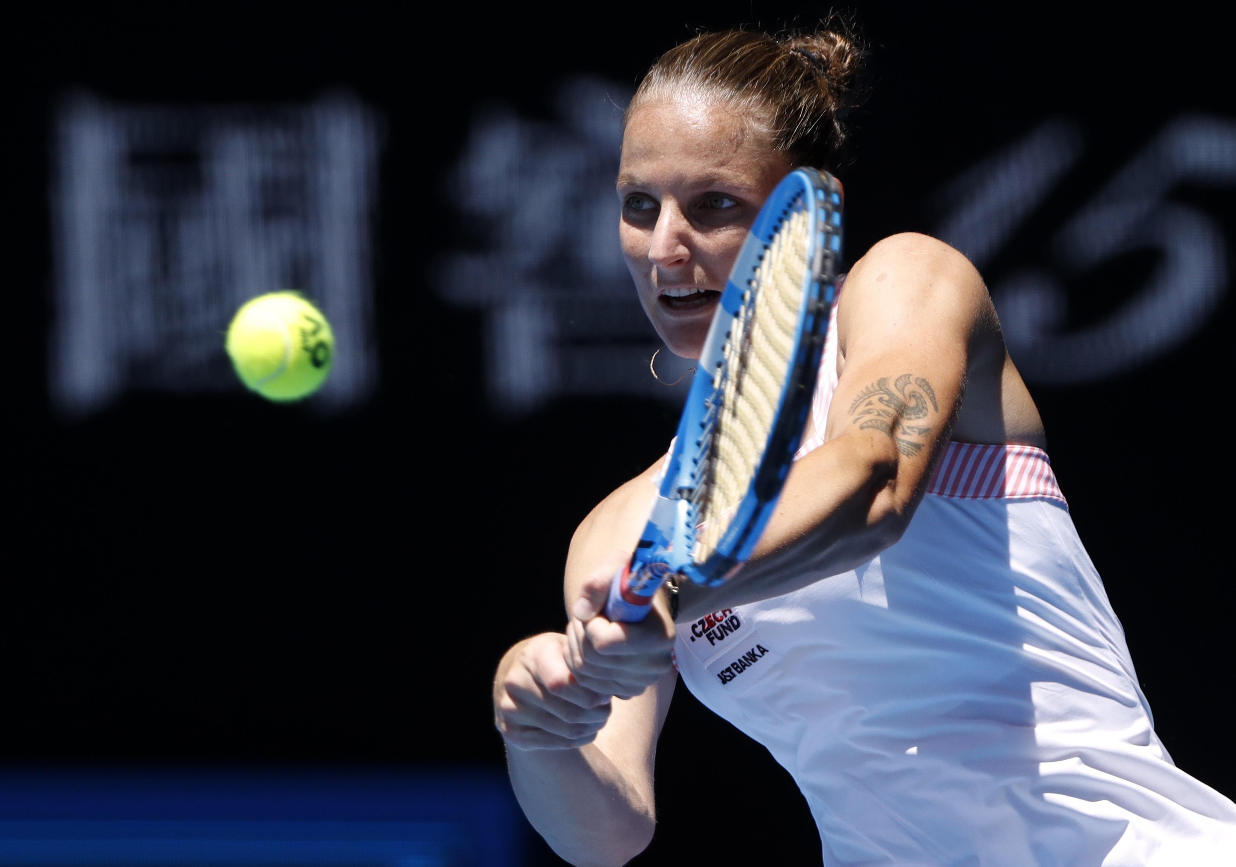 A tcheca Karolina Pliskova devolve a bola para Serena Williams