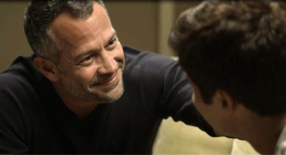 Agno (Malvino Salvador) e Leandro (Guilherme Leicam) aceitam convite de Cássia (Mel Maia) para jantar, em 'A Dona do Pedaço' — Foto: Globo