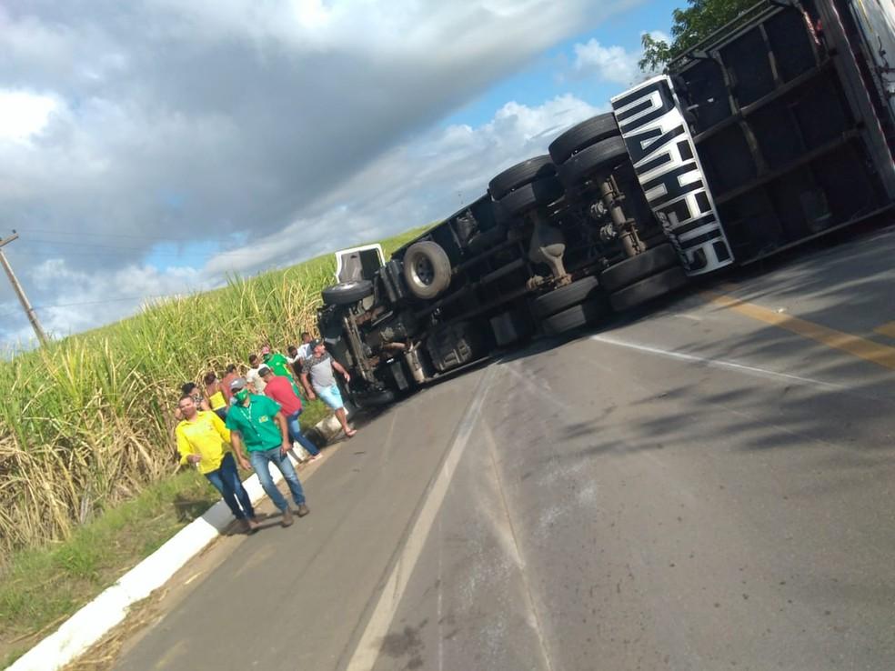 Caminhão tombou na pista da BR-408, em Aliança, na Zona da Mata, após acidente na manhã desta terça (8) — Foto: Reprodução/WhatsApp