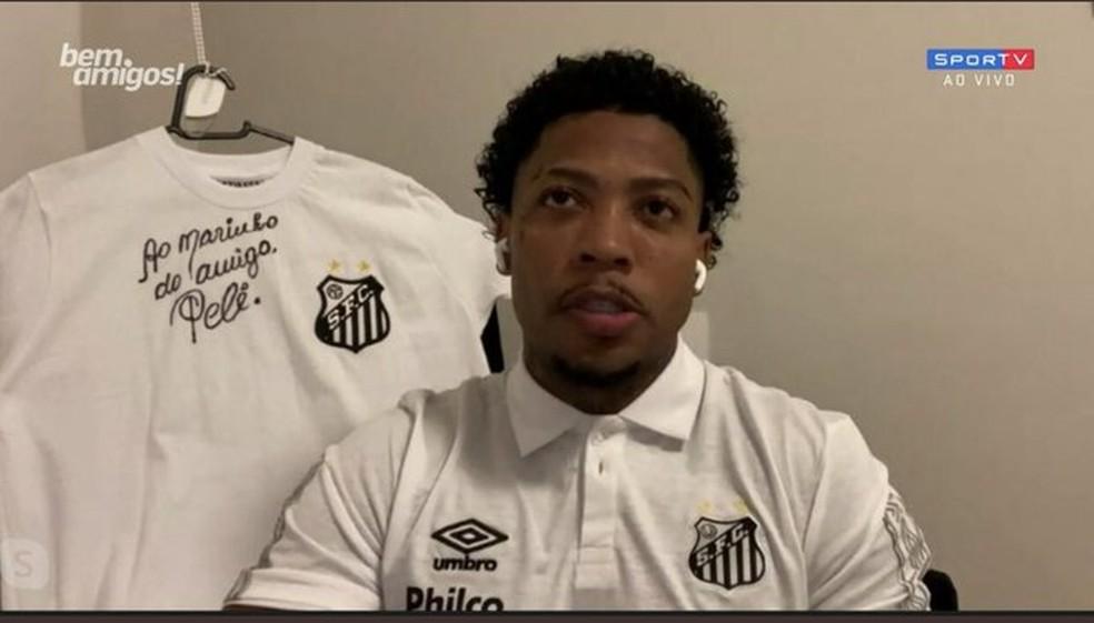Marinho, com camisa autografada por Pelé, em entrevista no Bem, Amigos — Foto: Reprodução