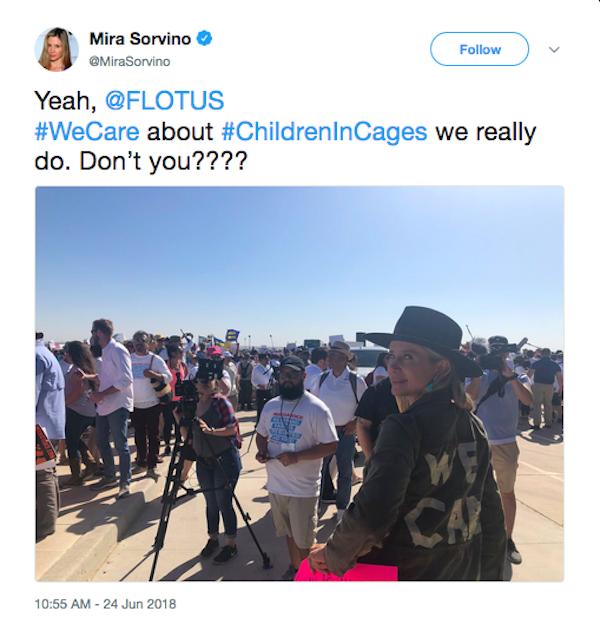 A atriz Mira Sorvino com vestimenta fazendo crítica ao casaco de Melania Trump (Foto: Twitter)