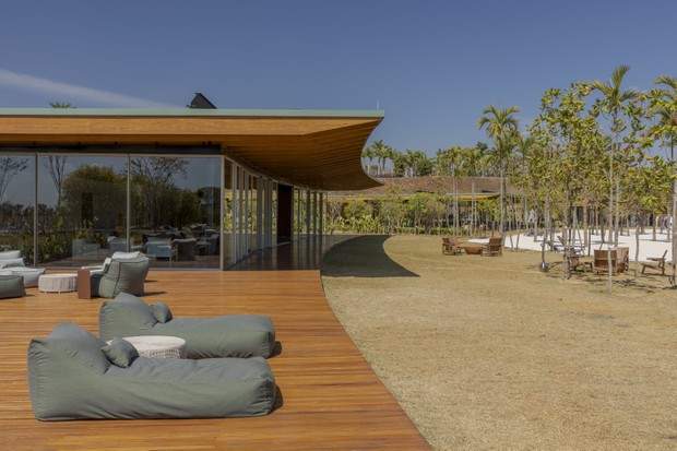 Condomínio tem praia artificial com piscina que recria um mar de ondas perfeitas (Foto: Divulgação/Rafael Renzo)
