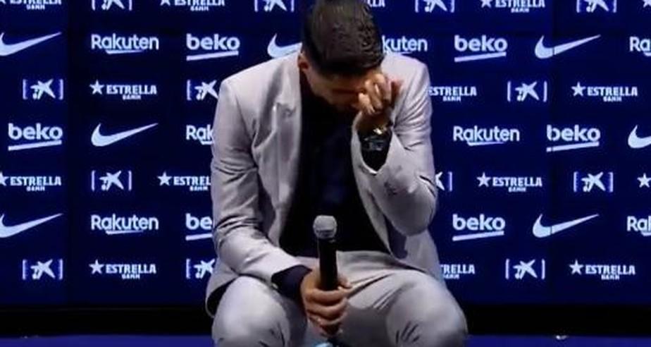 Suárez se emociona em despedida do Barcelona e evita reclamações: