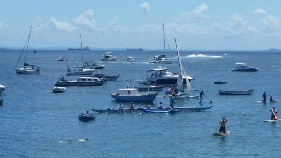 Embarcações que saíram de vários pontos de Salvador também participaram do ato (Foto: Mauro Anchieta/TV Bahia)