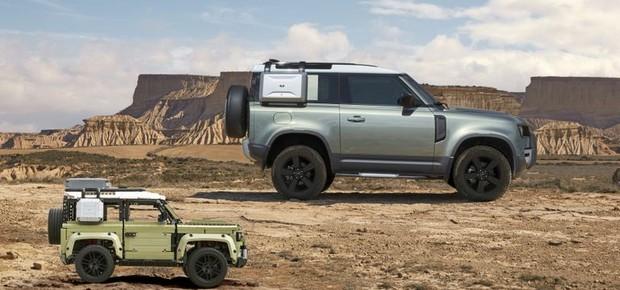 O Land Rover Defender 2020 e sua versão em Lego (Foto: Divulgação)
