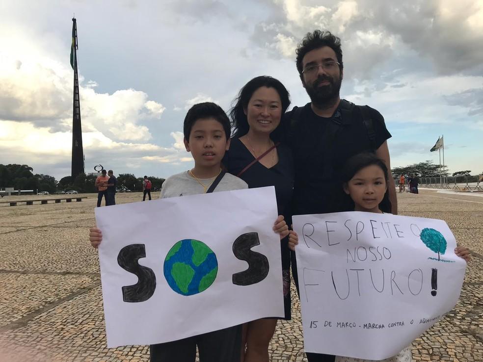 Em Brasília, o servidor público José Porfírio e a mulher levaram os filhos para participar do Fridays for Future — Foto: Daumildo Júnior/G1