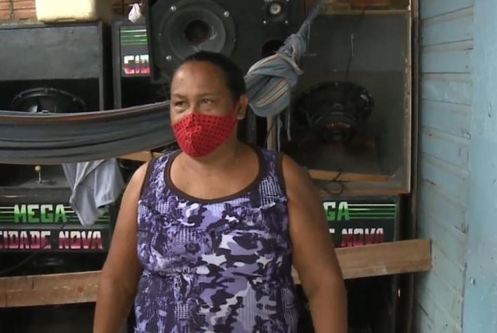 Olgarina Pereira diz que perdeu freezer, geladeira e som com oscilação de energia — Foto: Rede Amazônica/Reprodução