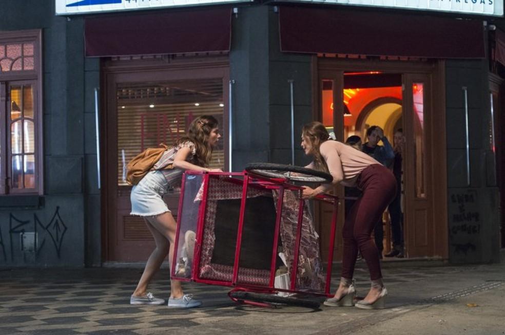 Maria da Paz (Juliana Paes) conhece Joana (Bruna Hamú) logo após ser assaltada, na novela 'A Dona do Pedaço' — Foto: Globo/Estevam Avellar
