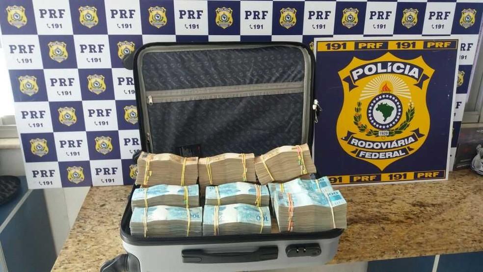 Dinheiro apreendido pela Polícia Rodoviária Federal na região sudoeste da Bahia (Foto: Divulgação/PRF)