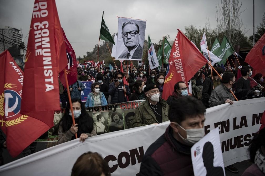 Manifestação em Santiago lembrou os 48 anos do golpe de Pinochet contra Salvador Allende — Foto: AFP/Martín Bernetti