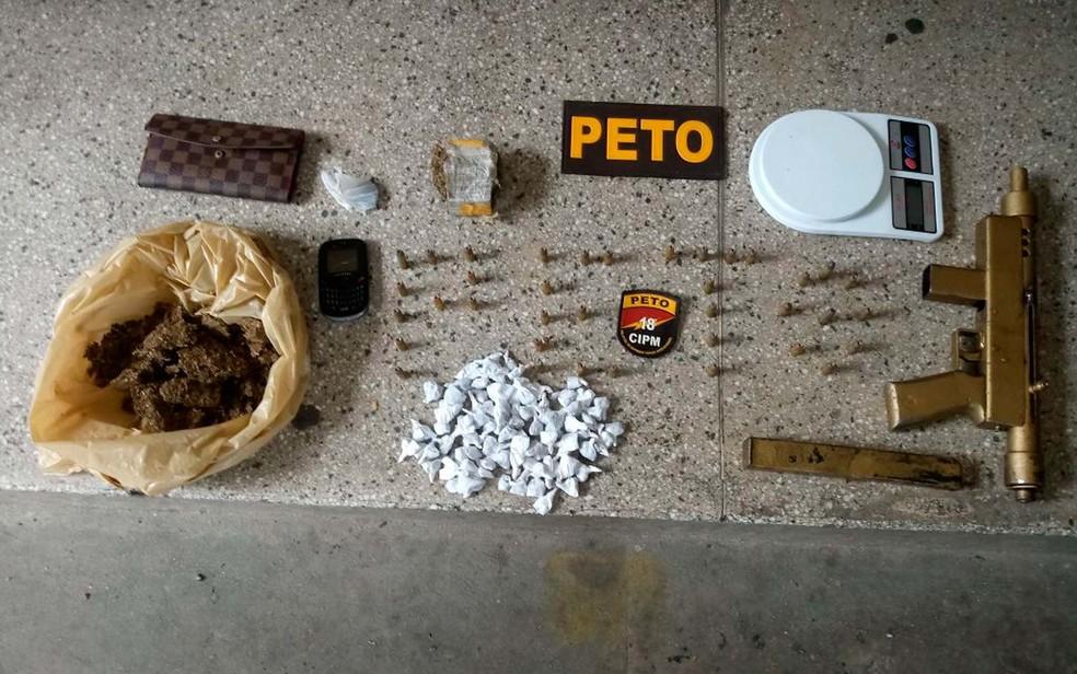 Metralhadora, munições e drogas achadas com suspeito que recebeu liberdade provisória e foi preso no mesmo dia em Salvador (Foto: Divulgação/SSP-BA)