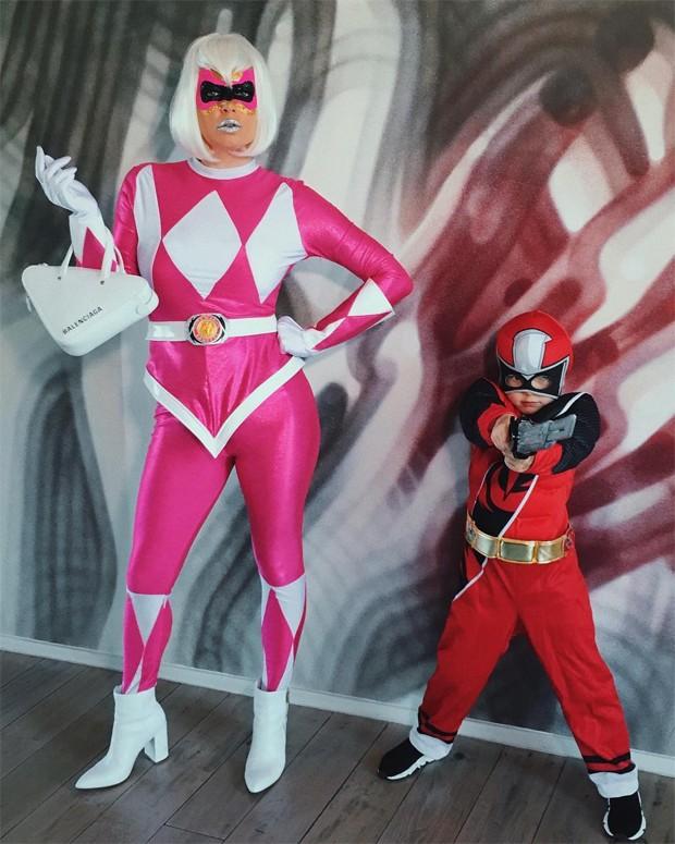 Fergie agradou o filho ao se vestir de Power Ranger (Foto: Reprodução/Instagram)