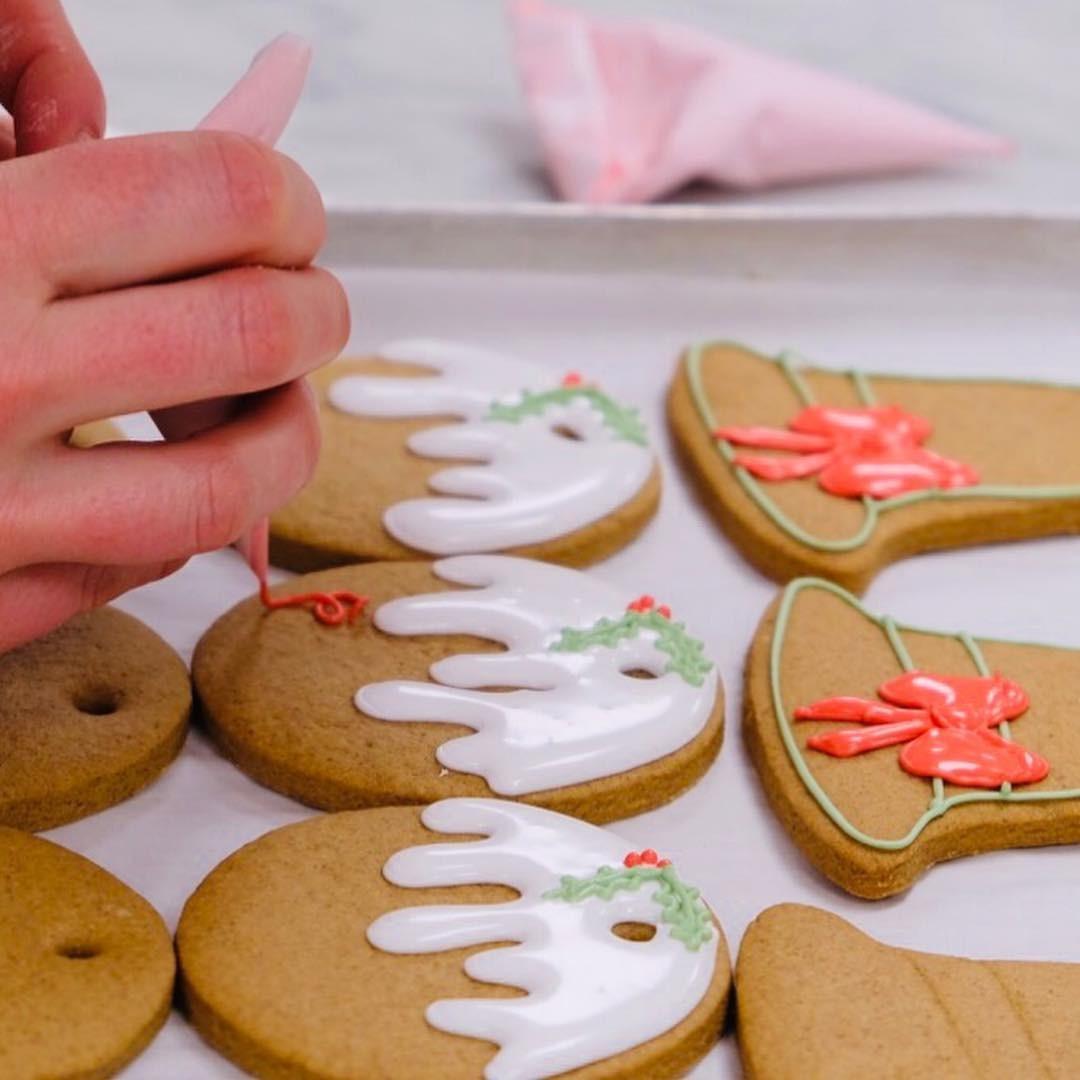 Chef pâtissier da Família Real decora biscoitos  (Foto: Reprodução / Instagram)