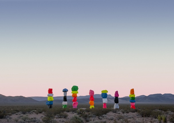 Seven Magic Mountains, de Ugo Rodinone (Foto: Gianfranco Gorgoni/ Cortesia da Art Production Fund e do Nevada Museum of Art)