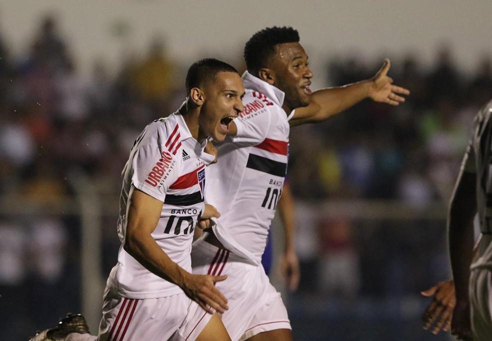 Antony e Luan comemoram gol do São Paulo no duelo contra o São Caetano — Foto: Rubens Chiri / saopaulofc.net