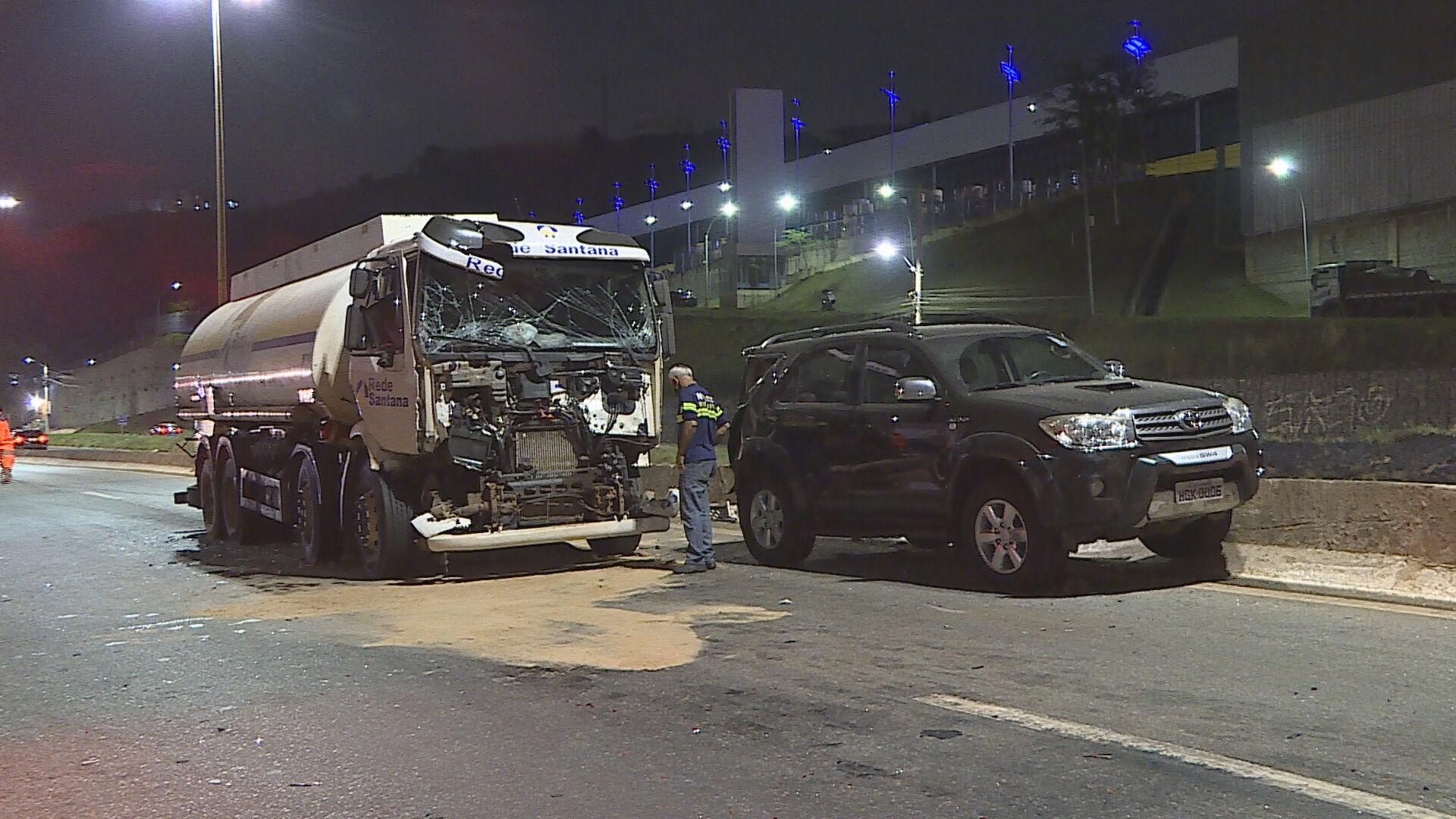 Engavetamento com 8 veículos deixa duas pessoas feridas em BH
