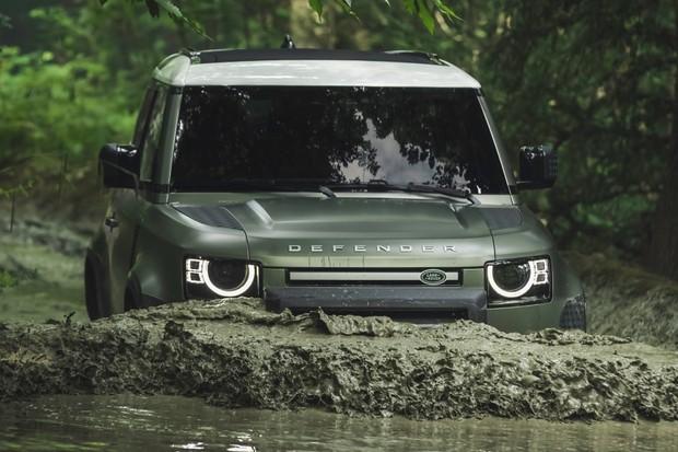 Novo Land Rover consegue passar por uma boa profundidade (Foto: Divulgação)