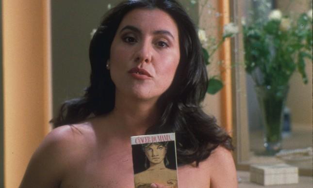 A atriz Cassia Kis, aos 32 anos, com o folheto da campanha sobre o câncer de mama, em 1989