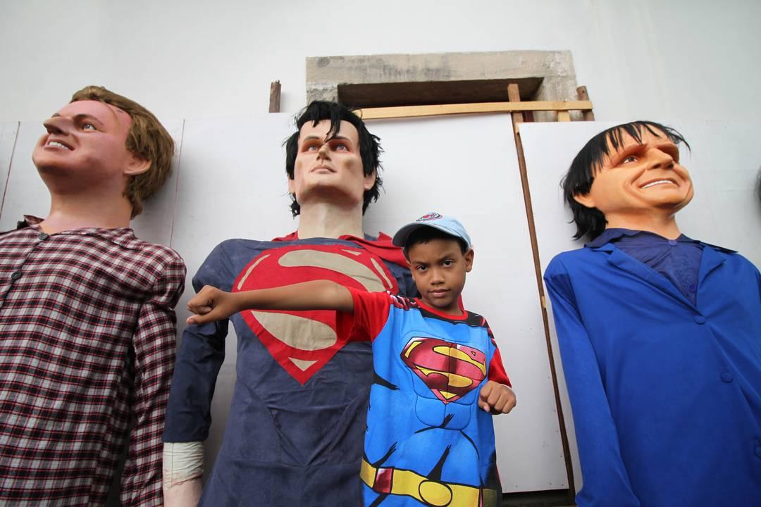 Super-Homem em forma de boneco gigante divide espaço com folião mirim no carnaval de Olinda