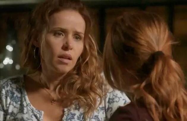 No sábado (19), Gilda (Leona Cavalli) avisa aos filhos que Dino (Paulo Rocha) está foragido (Foto: TV Globo)